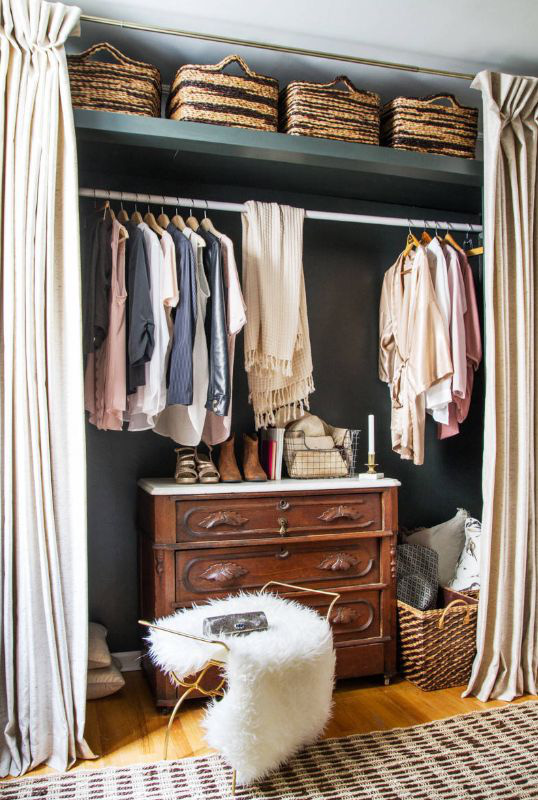 Một ý tưởng khác là sử dụng giỏ mây đơn giản để sắp xếp tủ quần áo của bạn.