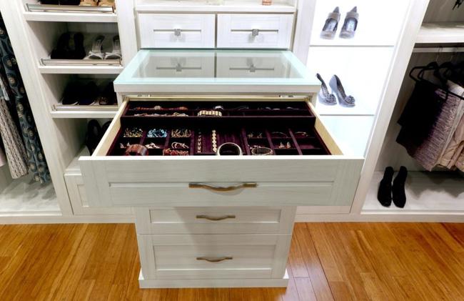 Thiết kế tùy chỉnh này được tạo ra bởi California Closets có các ngăn nhỏ đặc biệt bên trong các ngăn kéo lớn để đựng đồ trang sức.