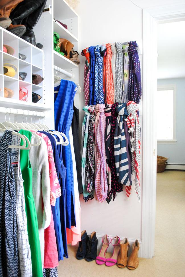 Một tủ quần áo nhỏ có thể có được nhiều dung lượng lưu trữ bằng cách lựa chọn ưu tiên và sử dụng từng chút không gian để không có gì bị lãng phí.