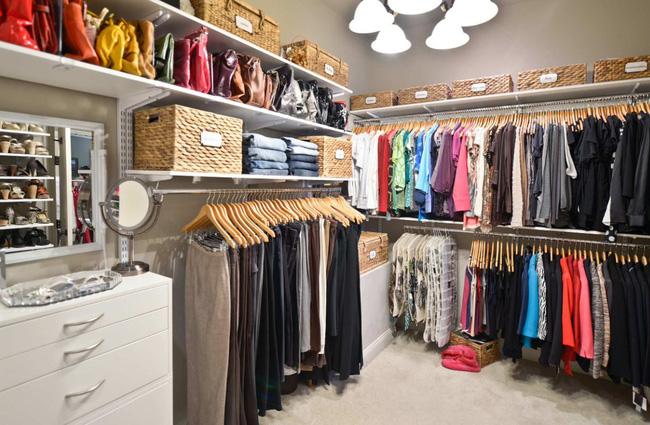 Trần nhà cao sẽ tạo điều kiện cho bạn lưu trữ quần áo được nhiều hơn. Trong trường hợp tủ quần áo, kệ cao có thể chứa các vật phẩm theo mùa hoặc bất kỳ vật dụng nào mà bạn chỉ sử dụng hiếm khi như giày trượt, dụng cụ thể thao, giày mùa đông trong mùa hè…