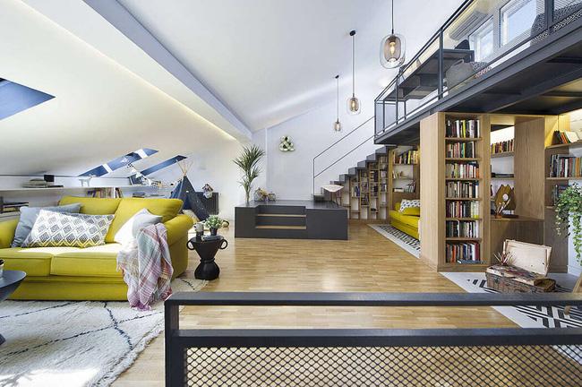 Dù là tầng gác mái nhưng diện tích cao rộng được kiến trúc sư thiết kế vô cùng thông minh, tận dụng tối đa không gian dưới gầm cầu thang làm giá sách