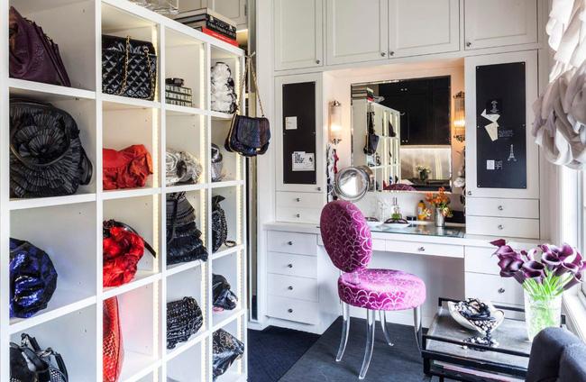 Bàn trang điểm chắc chắn là một tính năng tốt cho tủ quần áo không cửa. Chiếc bàn này được tích hợp vào một ngăn kệ tùy chỉnh và có nhiều hộc lưu trữ ở hai bên cũng như bên trên.