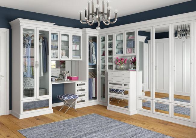 Đây là một cách thực sự tuyệt vời để thêm gương vào tủ quần áo mà không chiếm không gian. Những chiếc gương có thể được tích hợp vào cửa tủ quần áo hoặc được sử dụng làm mặt trước cho các ngăn kéo như một cách để làm cho không gian có vẻ lớn hơn so với thực tế.