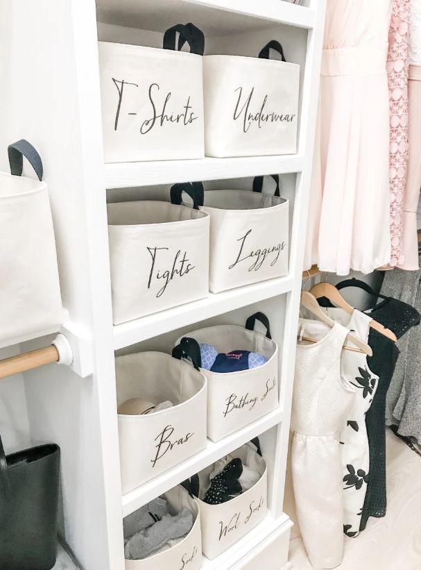 Ghi nhãn những giỏ đựng đồ thực sự giúp ích trong khâu tổ chức lưu trữ quần áo. Đối với một số loại đồ vật, bạn không cần nhãn nhưng nếu bạn sử dụng giỏ để sắp xếp các vật phẩm nhỏ hơn trong tủ quần áo của mình thì hãy xem xét theo cách này.