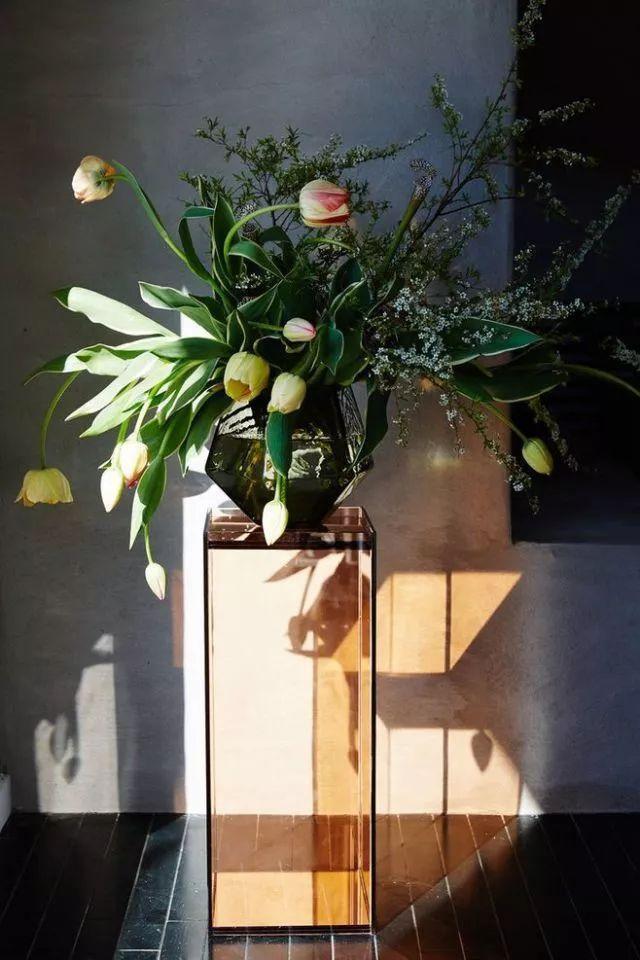 Một chiếc bàn bệ như thế này là nơi hoàn hảo để đặt hoa ở hành lang, lối vào hoặc góc nhà mà bạn cần nó được chú ý