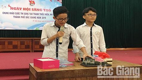 Đại diện nhóm tác giả thuyết minh sản phẩm tại Cuộc thi sáng tạo thanh thiếu niên, nhi đồng TP Bắc Giang năm 2019