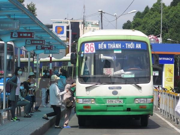 Hành khách đón xe buýt tại Bến Thành (quận 1). (Ảnh: Hoàng Hải/TTXVN)
