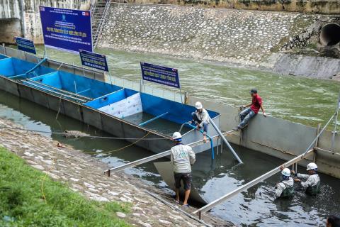 huyên gia Nhật xử lý nước thải sông Tô Lịch bằng công nghệ Nano. Ảnh NLD