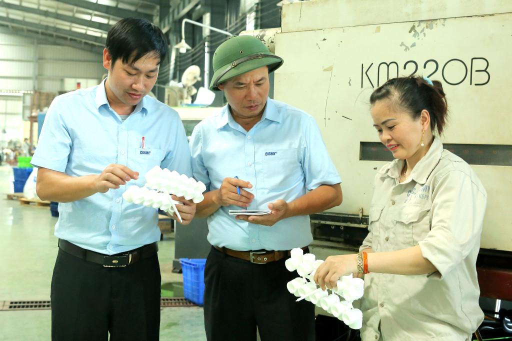 Công nhân nhà máy sản xuất ống nước Dismy trong giờ làm việc