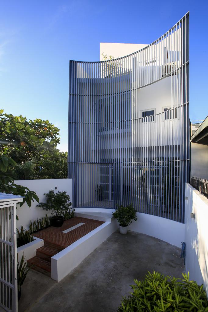 Ngôi nhà bao bọc bởi những lam chắn nắng vòng cung