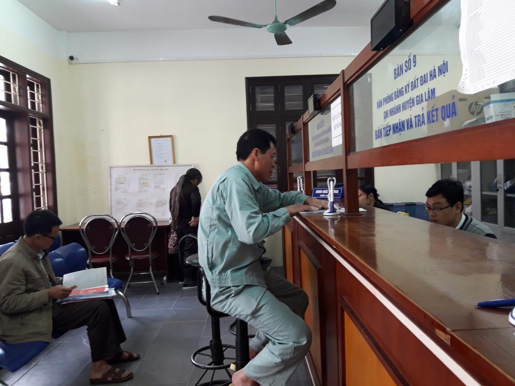 Người dân làm TTHC tại Văn phòng đăng ký đất đai huyện Gia Lâm