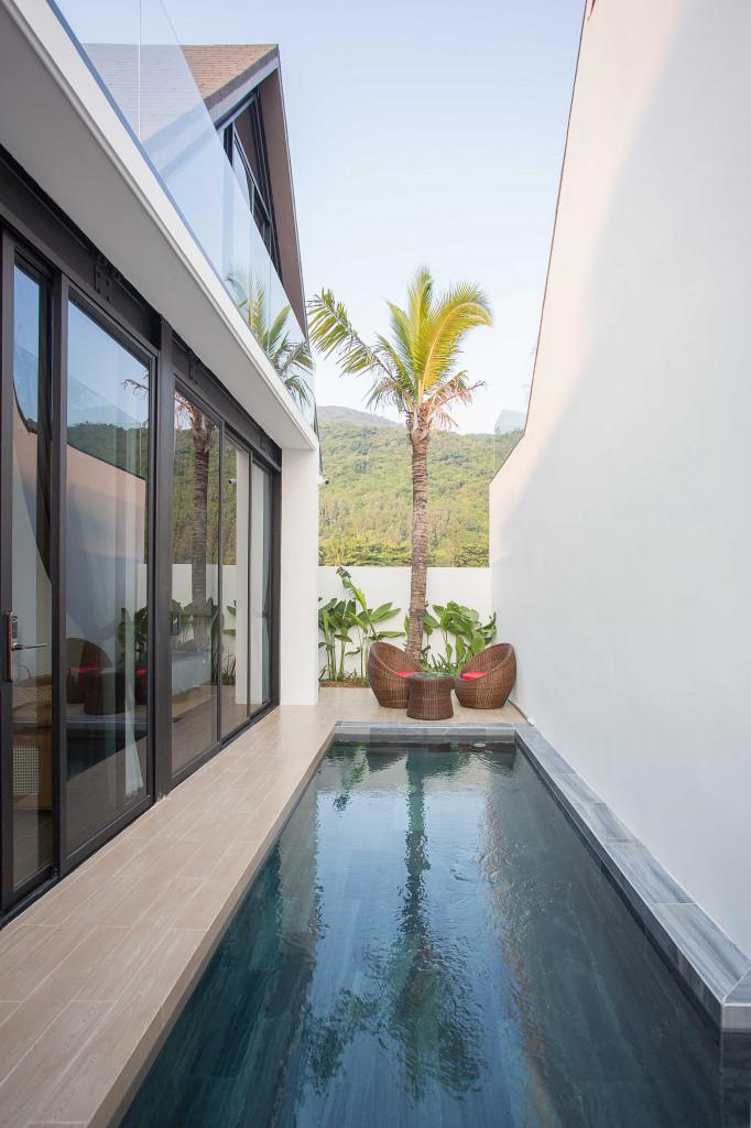 Bể bơi là khoảng tiếp nối giữa hai khối nhà trước và sau  giúp không gian mát mẻ hơn