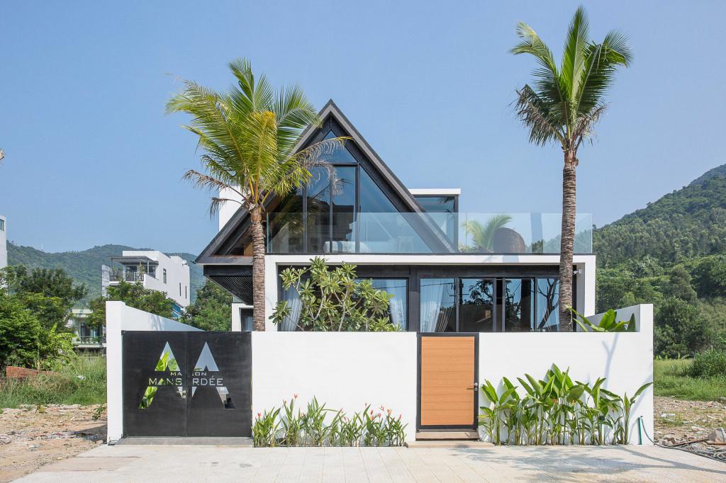 Ngôi nhà cho thuê nằm phía trước với khoảng sân vườn thoáng mát