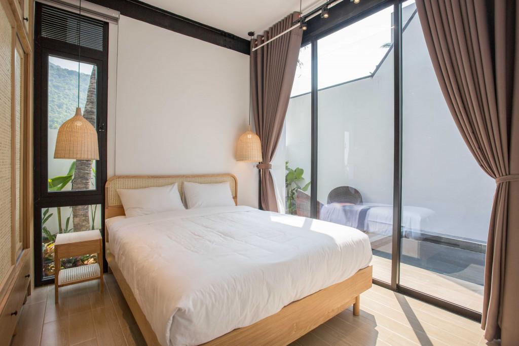 Các phòng ngủ được kết hợp tông màu gỗ mộc và ga phủ tôn lên sự sang trọng của căn phòng