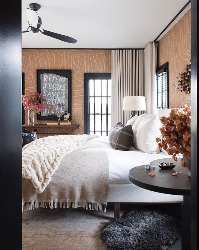 Nghe có vẻ táo bạo nhưng phòng ngủ khi trang trí kiểu này lại khá hay ho. Giấy dán tường là một cách tuyệt vời để thêm một số màu sắc hoặc kết cấu cho các bức tường của bạn. Cho dù đó là hoa hay hình học, bạn có thể sử dụng bất kỳ mẫu nào bạn thích và loại bỏ nó khi bạn cảm thấy chán chường.
