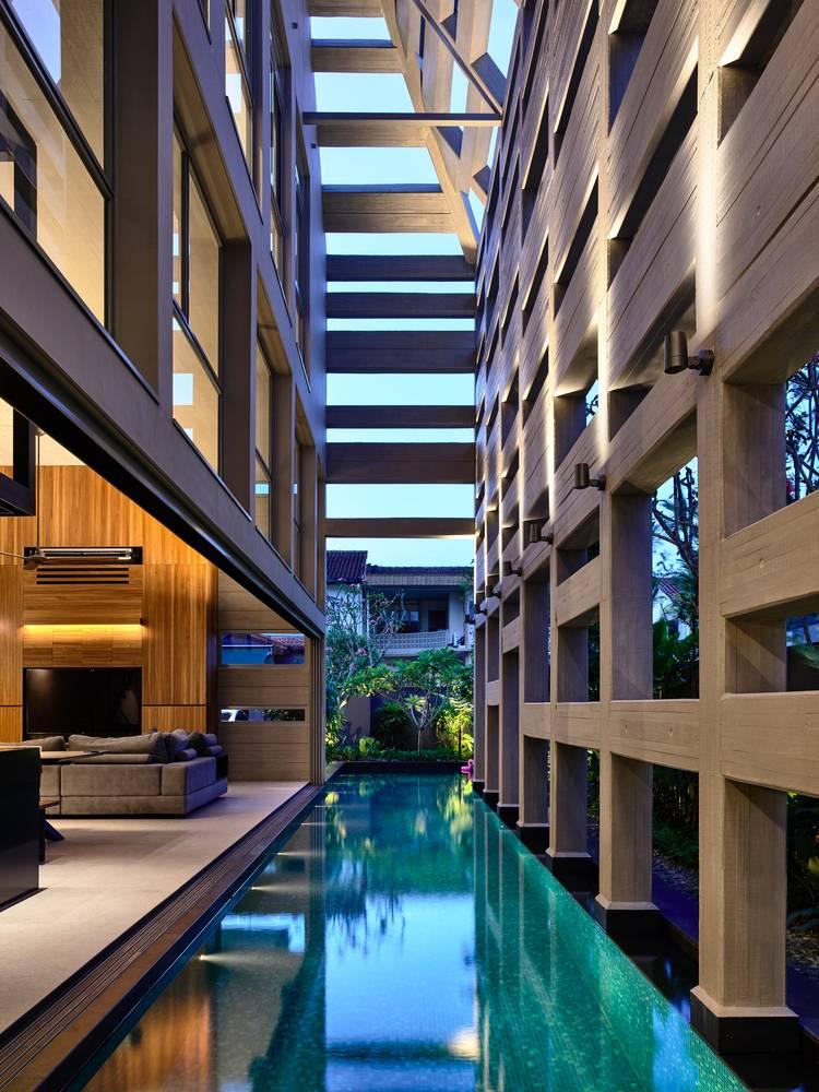 Trong Concrete Light House, bể bơi được xây dựng theo kiểu nửa ngoài trời. Bằng cách đó, bể bơi trở thành 1 phần trong nhà chứ không bị tách biệt hẳn ra ngoài. Ranh giới trong ngoài cũng gần như được xóa bỏ nhờ tường kính và những phần cửa rộng.