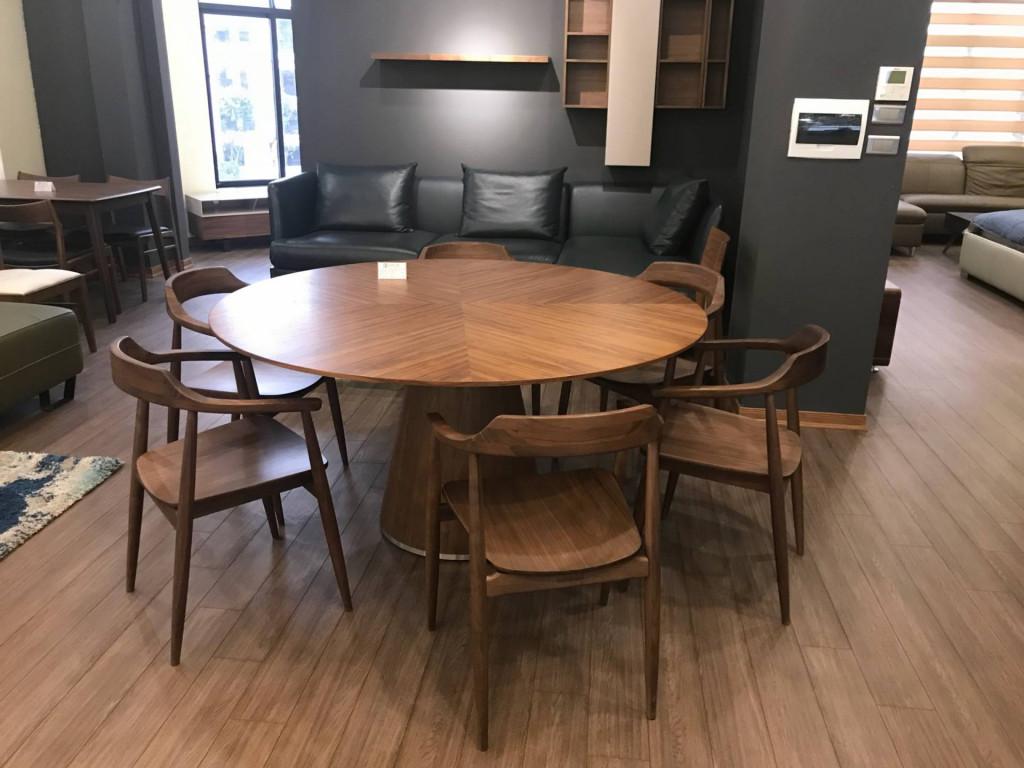 Bộ bàn ghế ăn dạng tròn với các góc cạnh được bo tròn bắt mắt