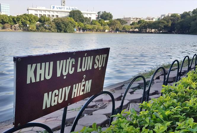Những đoạn bờ kè sụt lún nguy hiểm sát mép nước Hồ Gươm cần giải pháp xanh và hiệu quả. Ảnh: MẠNH THẮNG