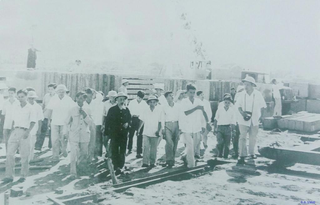 Chủ tịch Hồ Chí Minh thăm công trường xây dựng khu nhà ở Kim Liên, Đống Đa, Hà Nội (6/6/1960)
