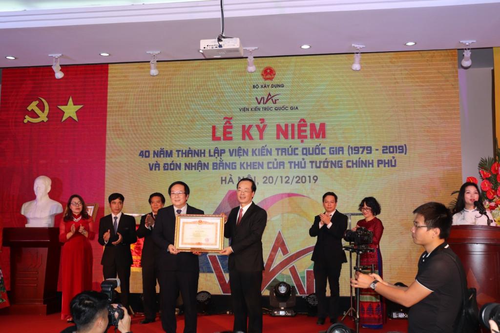 Thừa ủy quyền của Thủ tướng Chính phủ, Bộ trưởng Phạm Hồng Hà trao Bằng khen của Thủ tướng Chính phủ cho Viện Kiến trúc Quốc gia và cá nhân Viện trưởng Đỗ Thanh Tùng