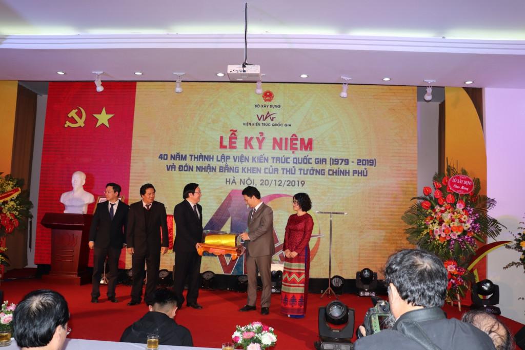 Đồng chí Đặng Quốc Khánh Bí thư Tỉnh ủy Hà Giang chúc mừng Viện Kiến trúc Quốc gia