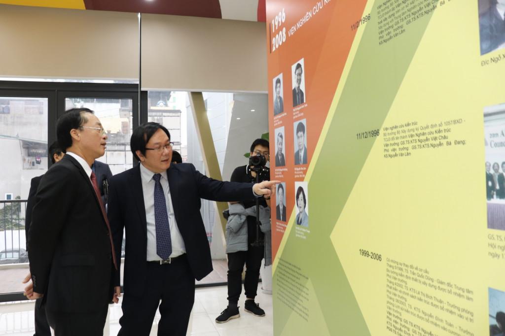 Bộ trưởng Phạm Hồng Hà tham quan khu trưng bày Lịch sử hình thành Viện Kiến trúc Quốc gia