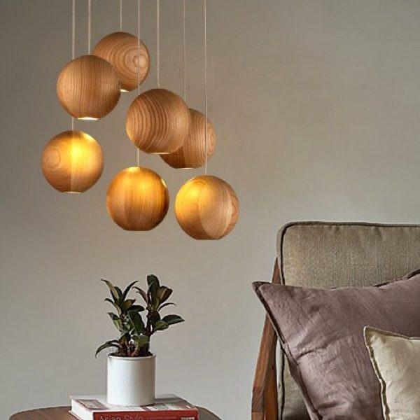 Đèn làm từ gỗ điêu khắc mang đến nguồn ánh sáng vừa ấm cúng vừa dịu nhẹ cho khu vực đầu giường