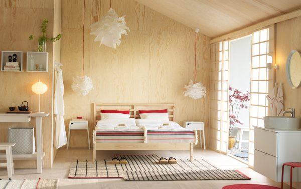 Đèn hình bông tuyết đối lập với bức tường bằng gỗ