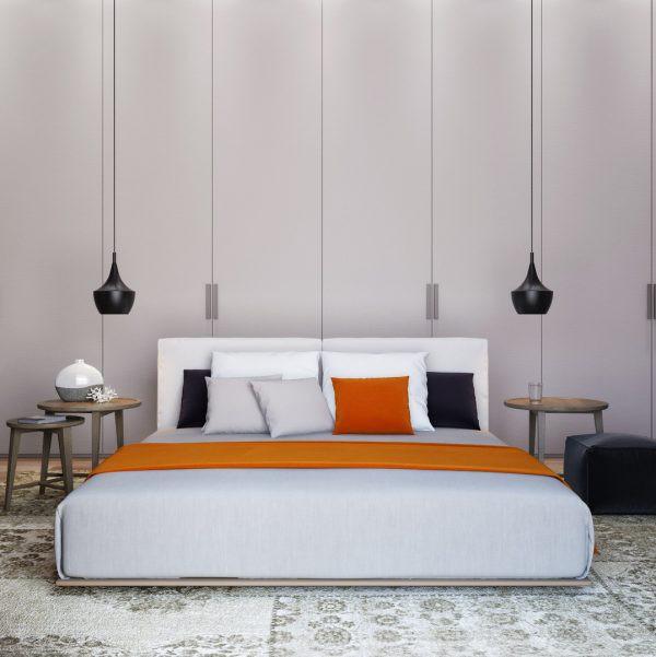 Đèn mặt dây chuyền màu đen tạo điểm nhấn cho khu vực đầu giường