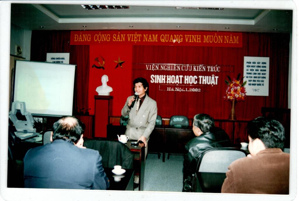 Viện trưởng Nguyễn Việt Châu tại buổi sinh hoạt học thuật năm 2002