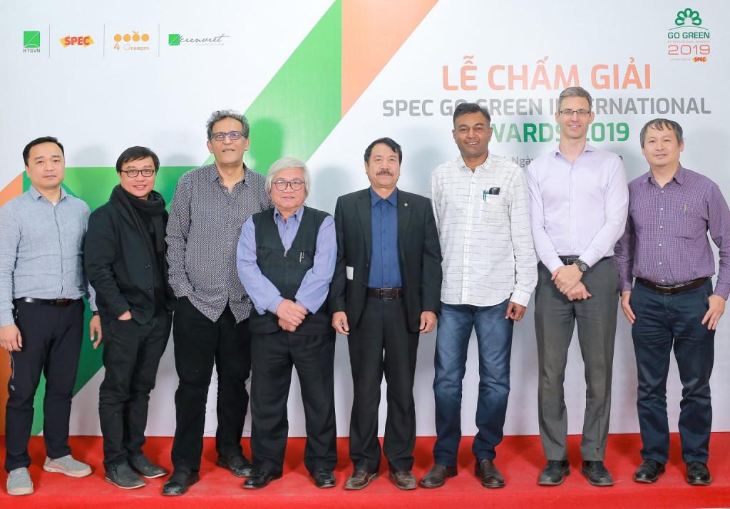 Hội đồng giám khảo chụp ảnh cùng đại diện BTC