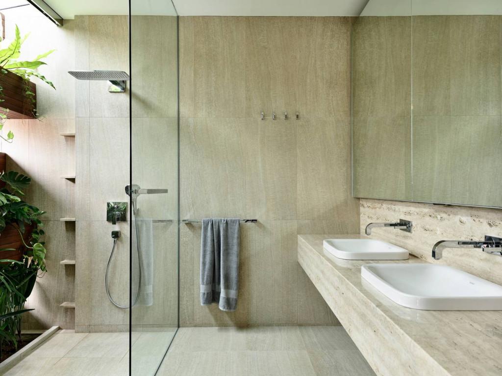 Gian phòng tắm khác thì được ốp gạch vân gỗ sáng và thoáng