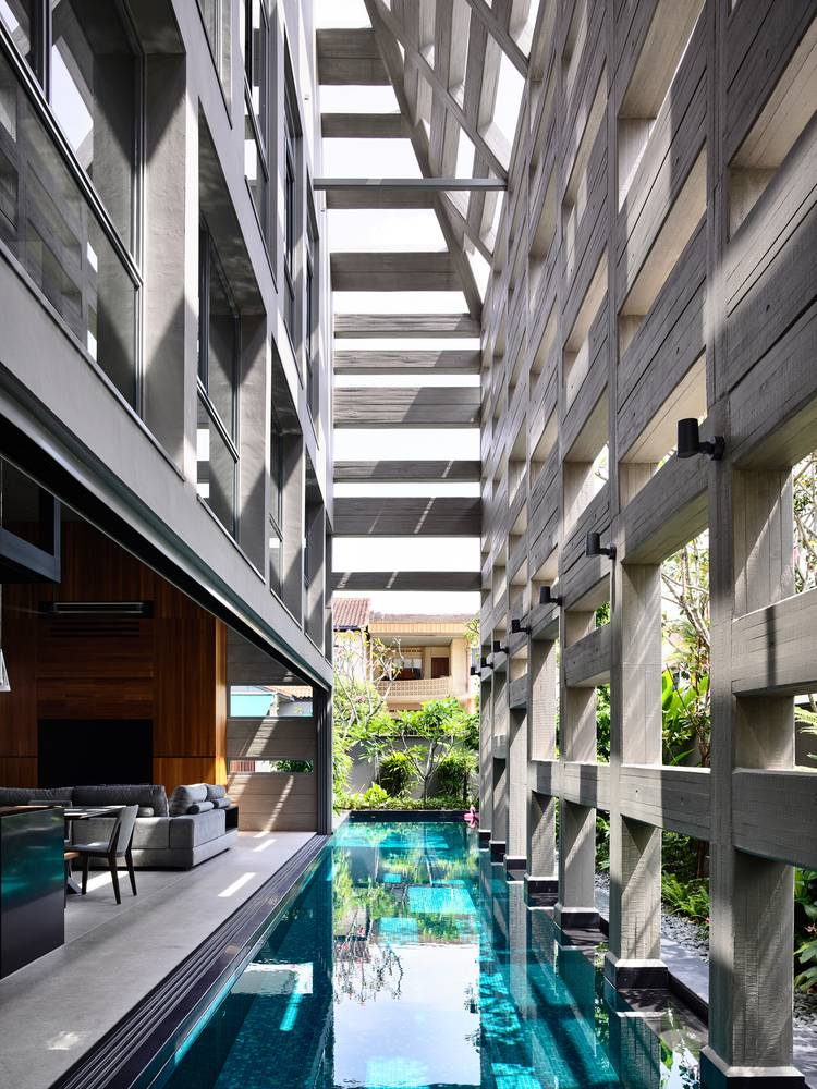 Trải dọc toàn bộ ngôi nhà và bể bơi, lớp vỏ bê tông giúp làm mờ ranh giới giữa không gian bên trong và bên ngoài