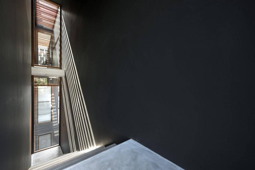 Trong một kiến trúc nhà dạng khối hộp, cửa kính là ý tưởng thiết kế đem lại nguồn sáng cho không gian