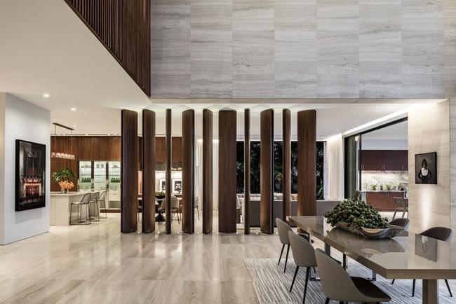 Vách ngăn vừa có thể chia không gian giữa các khu vực sinh hoạt khác nhau mà không hề gây cảm giác chật chội như tường nhà gây ra