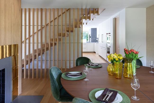 Vách ngăn cầu thang khiến cho không gian sống gia đình mở rộng và thông thoáng hơn việc sử dụng tường bao quanh quen thuộc