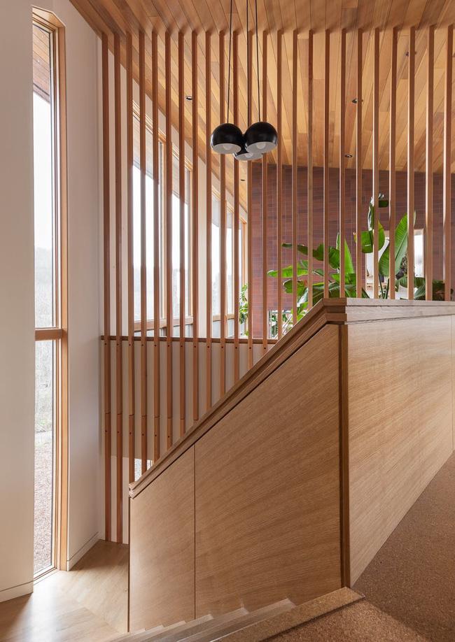 Bên cạnh vách ngăn gỗ tự nhiên, người ta còn tạo ra vách ngăn từ nhiều chất liệu có mức giá thành thấp hơn khác