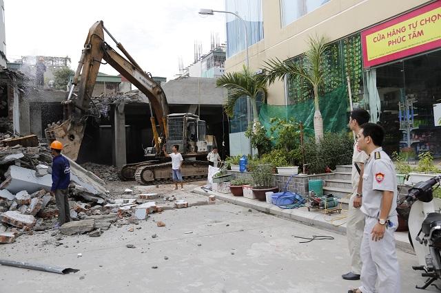 Lực lượng chức năng cưỡng chế công trình vi phạm trên địa bàn quận Hai Bà Trưng. Ảnh: Việt Dũng