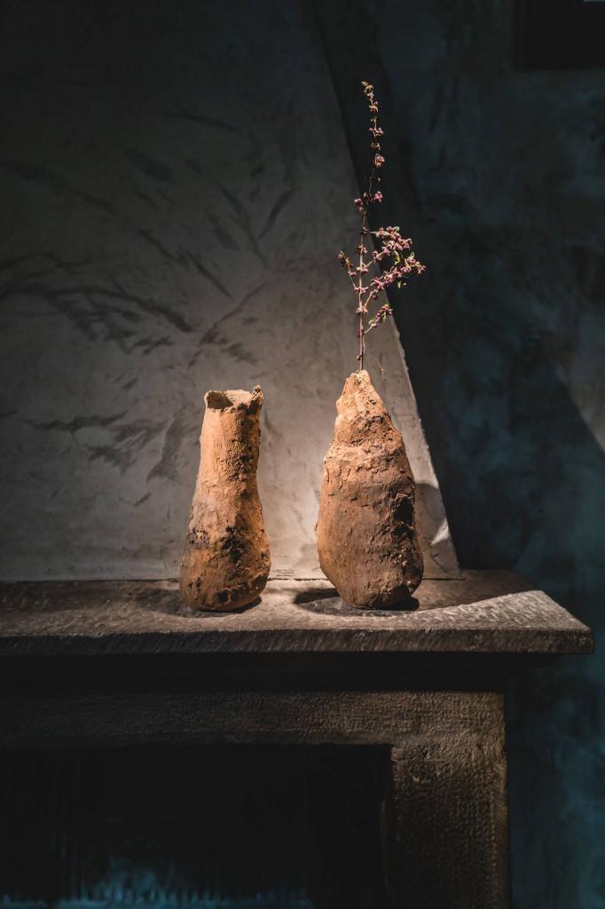 Lọ hoa từ gốc cây khô bình dị không kém phần độc đáo