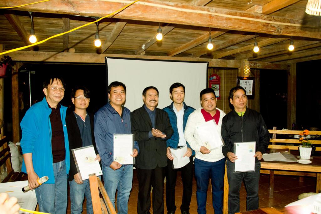 TS.KTS Ngô Doãn Đức (giữa) - Thường vụ Hội KTSVN và KTS Trịnh Quốc Dũng (bên trái ngoài cùng) Chủ tịch Chi Hội AVA trao Quyết định và huy hiệu của Hội KTSVN cho các thành viên mới kết nạp