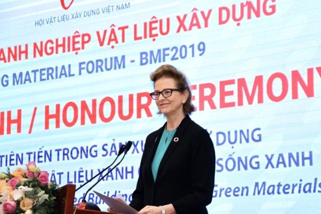 Bà Caitlin Wiesen - Trưởng đại diện thường trú UNDP phát biểu tại Diễn đàn