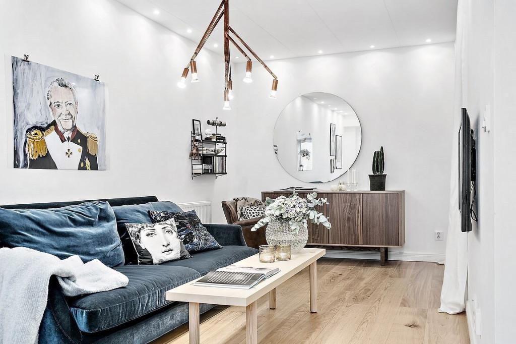 Ở không gian phòng khách, chủ nhà khéo léo sắp xếp bộ bàn ghế ấn tượng với ghế bảnh phủ nhung màu xanh lạ với bàn thiết kế giản dị nhưng sang chảnh