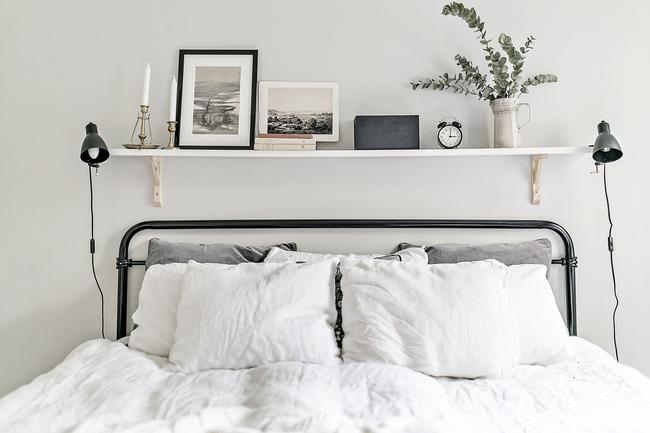 Trang trí đầu giường cực ấn tượng cho phòng ngủ màu trắng