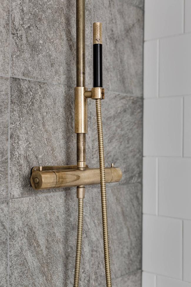 Mạ vàng đồ dùng như vòi tắm hoa sen, tay cầm bồn rửa... là nét đặc trưng trong nội thất của Nga