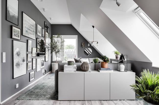 Không phải toàn bộ trần nhà bằng phẳng, chủ nhà xây dựng căn hộ vô cùng độc đáo với cửa sổ xiên chéo từ trần nhà xuống sàn nhà