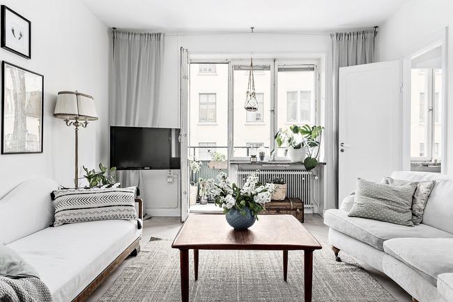 Một lọ hoa màu trắng xinh trang trí nơi phòng khách càng làm không gian nơi đây thêm nổi bật