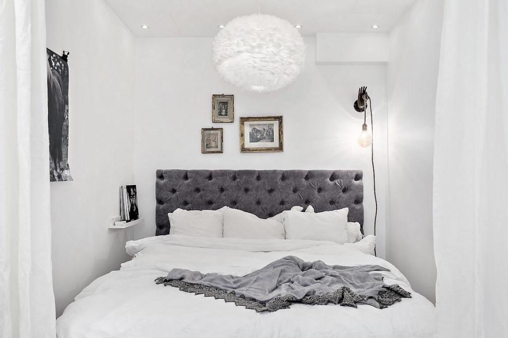 Trong phòng ngủ, một chiếc đệm nhung độc đáo chắn ngang làm đầu giường ấm áp
