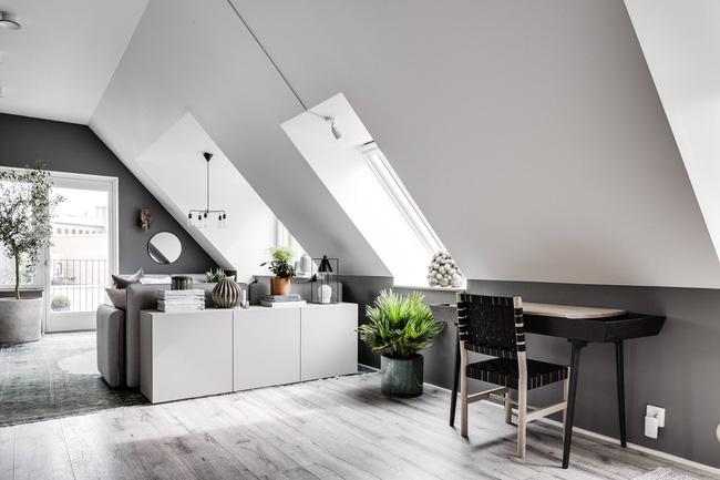 Một bộ bàn ghế đen ngay phòng khách có thể ngồi làm việc tại nhà vô cùng đẹp mắt