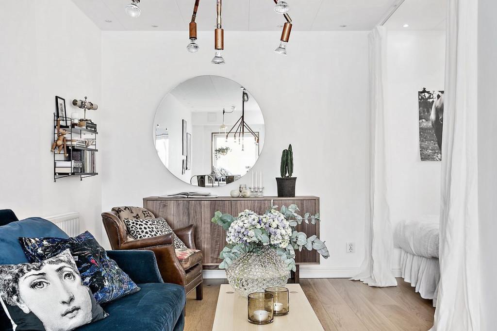 Gương trong treo trong phòng khách giúp trang trí lại giúp căn hộ trông cao rộng hơn với sự phản chiếu