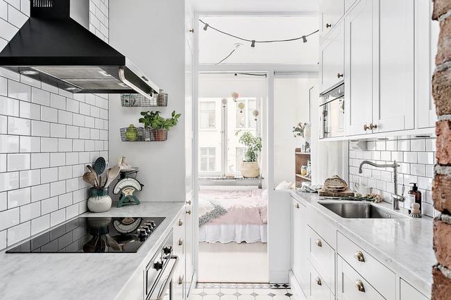 Khu vực nhà bếp với bếp nấu và khu vực bồn rửa phân chia ngăn nắp, giúp tận dụng tối đa không gian